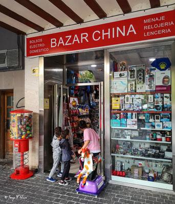 Façades et vitrines - Le bazar des enfants - Najera - Espagne - Sur le chemin de Compostelle - par Serge Faure