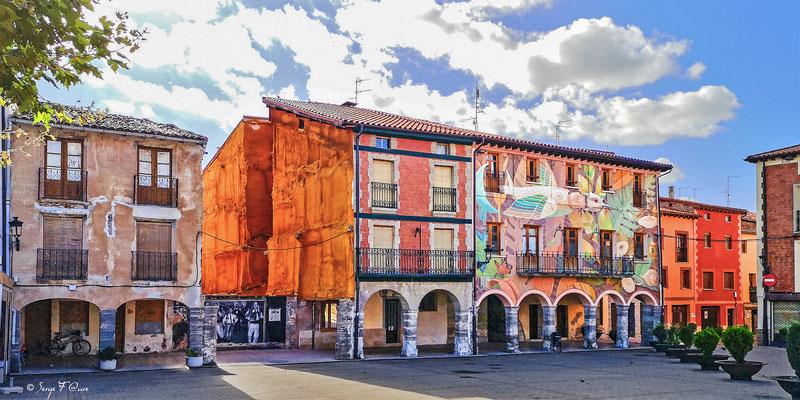 Façades de maison sur la place principale de Belorado (Castille-et Leon) - Espagne - Sur le chemin de Compostelle