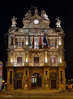 Façades et vitrines - Hôtel de Ville à  Pamplona - Navarre - Espagne - Sur le chemin de Compostelle - par Serge Faure