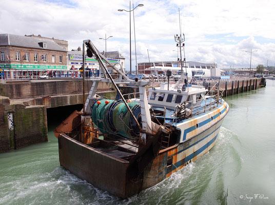 Chalutier dans le port de Dieppe (Dieppe - Haute Normandie - France - Juin 2012)