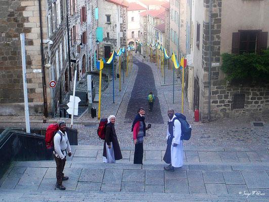 Rue des Tables - Chemin des pèlerins - Le Puy en Velay - Sœur Marie-Elisabeth, Père Jean-Luc (abbé) et Jacques (novice) à la descente de la Cathédrale - France - Sur le chemin de St Jacques de Compostelle (santiago de compostela) - Le Chemin du Puy ou Via