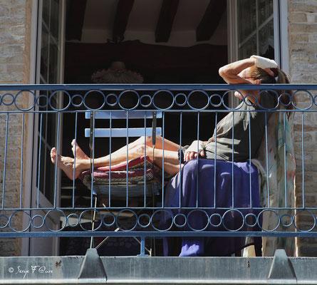 Bronzette sur le balcon à Dieppe (Dieppe - Haute Normandie - France - Juin 2012)