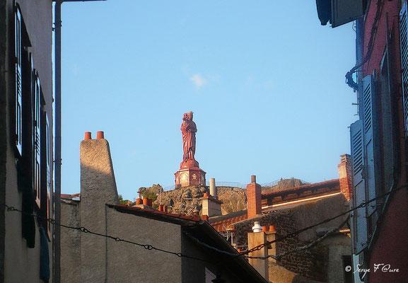 Statut de la Vierge au Puy en Velay - France - Sur le chemin de St Jacques de Compostelle (santiago de compostela) - Le Chemin du Puy ou Via Podiensis (variante par Rocamadour)