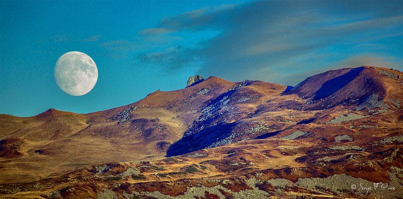 Madame Lune en rendez-vous avec le Puy de Sancy - Massif du Sancy - Auvergne - France