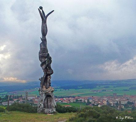 Sculpture en bois en arrivant à Saugues - France - Sur le chemin de St Jacques de Compostelle (santiago de compostela) - Le Chemin du Puy ou Via Podiensis (variante par Rocamadour)
