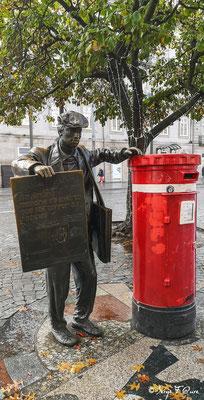 Praça da Liberdade - Statue d' O Ardina , créée par le sculpteur Manuel d' O Ardina - Ville historique de Porto - Portugal