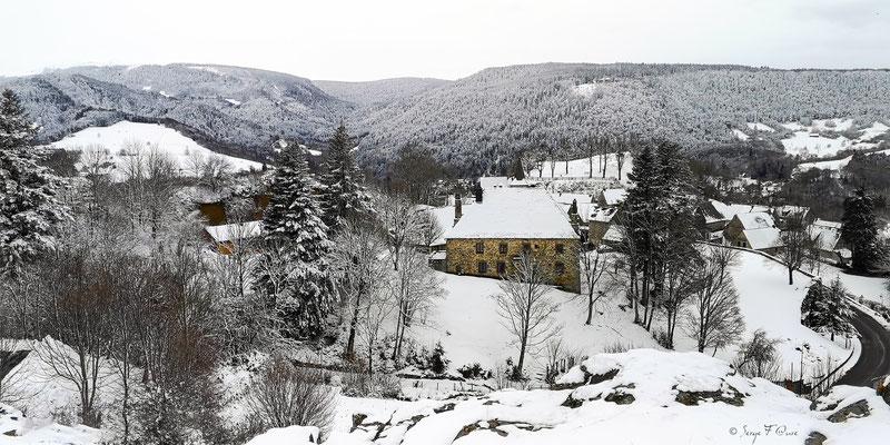 Vue sur la Mairie d'en haut -  Murat le Quaire - Massif du Sancy - Auvergne - France
