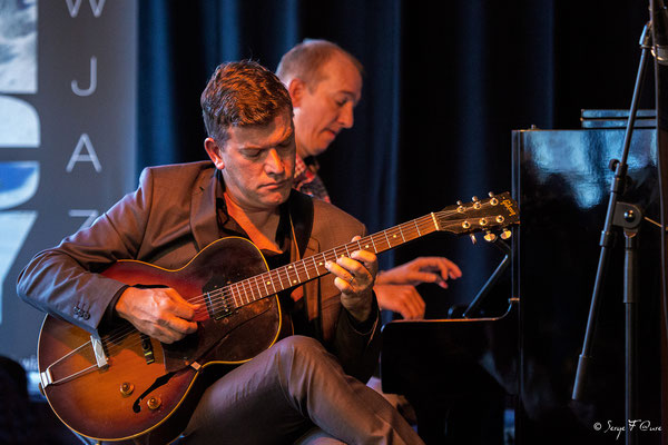 "David Blenkhorn (guitare) et Chris Hopkins (piano) invité - ""George Washingmachine"" - Sancy Snow Jazz 2016 - Brasserie du Soleil au Mont Dore - Auvergne - France"