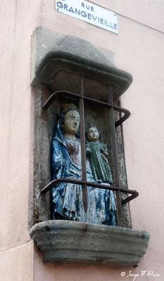 Le Puy en Velay - Statut de façade de maison rue Grangevieille -France - Sur le chemin de St Jacques de Compostelle (santiago de compostela) - Le Chemin du Puy ou Via Podiensis (variante par Rocamadour)