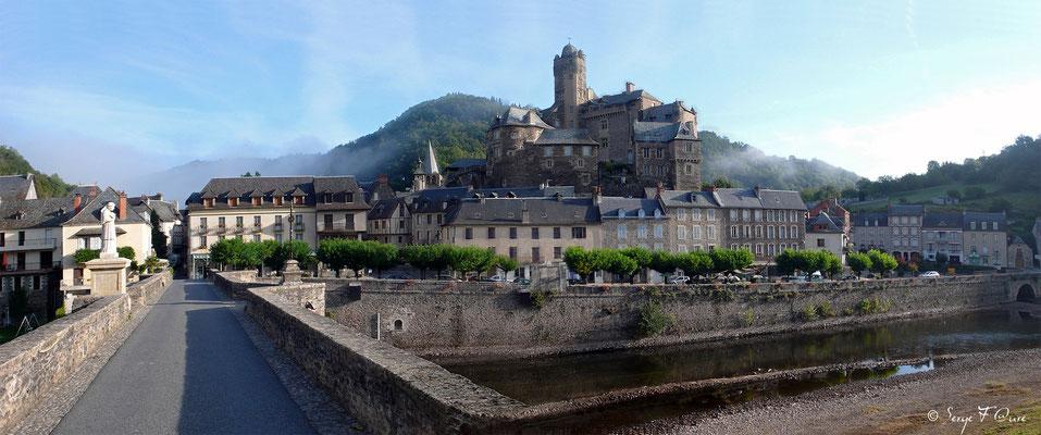 Estaing vu du pont Gothique - France - Sur le chemin de St Jacques de Compostelle (santiago de compostela) - Le Chemin du Puy ou Via Podiensis (variante par Rocamadour)
