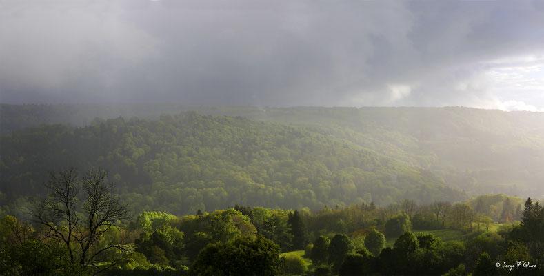 Entre soleil et pluie - sur le plateau de Charlannes côté Liournat vu de Murat le Quaire - Massif du Sancy - Auvergne - France