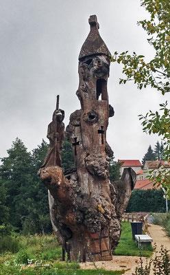 Sculpture en bois en sortant de Saugues - France - Sur le chemin de St Jacques de Compostelle (santiago de compostela) - Le Chemin du Puy ou Via Podiensis (variante par Rocamadour)
