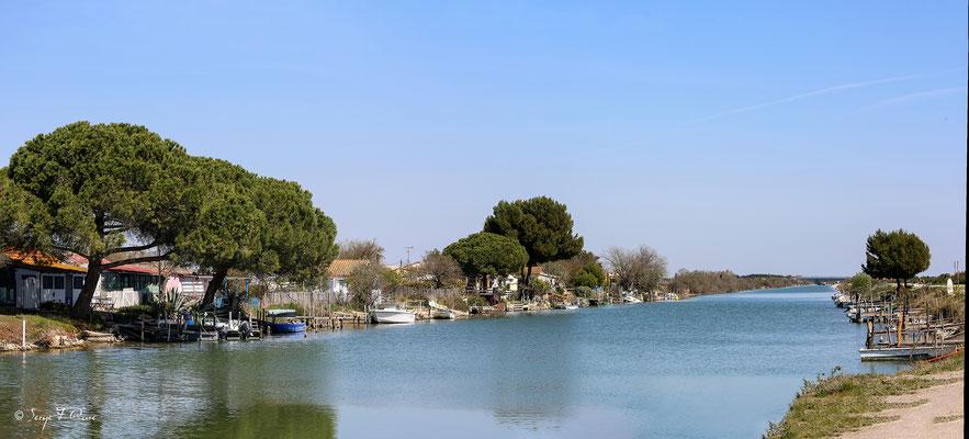 Village de pêcheurs sur le canal du Rhône à Sète - Camargue - Bouches du Rhône - France port d'Aigues Mortes