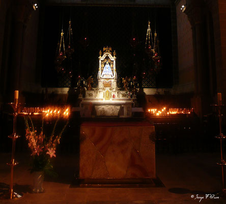 Le Puy en Velay -  La Vierge Noire dans la Cathédrale - France - Sur le chemin de St Jacques de Compostelle (santiago de compostela) - Le Chemin du Puy ou Via Podiensis (variante par Rocamadour)