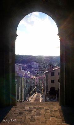 Le Puy en Velay - Le porche d'entrée de la Cathédrale - France - Sur le chemin de St Jacques de Compostelle (santiago de compostela) - Le Chemin du Puy ou Via Podiensis (variante par Rocamadour)