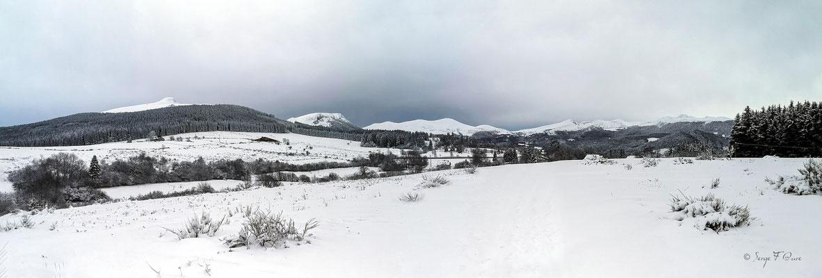 Paysage de neige à Murat le Quaire avec vue sur la Banne d'Ordanche, Le Puy Gros et le Sancy - Massif du Sancy - Auvergne - France