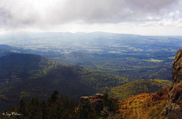 Massif du Sancy et la Banne d'Ordanche vus du Puy de Dôme (Le Puy de Sancy au centre altitude de 1886 m) - Auvergne - France