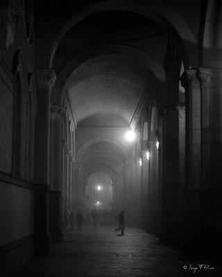 Passage sous les arcades de la gare de Turin la nuit par temps brumeux en 1982 - Italie