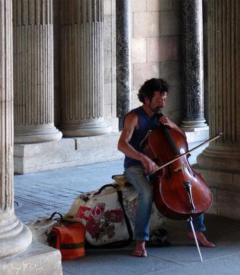 Violoncelliste de rue - Le Louvre - Paris - France - 2010