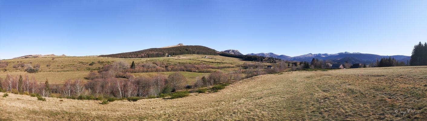 Panoramique sur tous les volcans et montagnes vu des champs hauts - Murat Le Quaire - Massif du Sancy - Auvergne - France