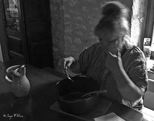 Sylvia se régale des cailles aux raisins que j'ai cuisinées au gîte de Lestos à Montcuq -Tarn - France  (sur le chemin de Compostelle - 2014)