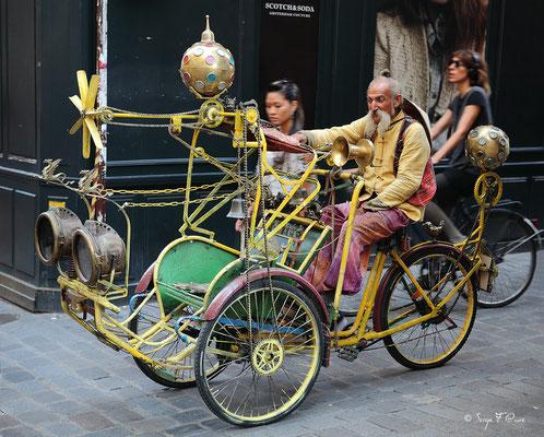Un peu d'exotisme à l'angle de la rue Vieille du Temple et de la rue des Rosiers à Paris dans le quartier du Marais (Septembre 2012)