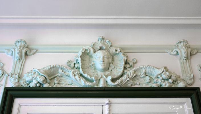 Détail des moulures au dessus des portes dans de la salle à manger au Médicis Palace à La Bourboule - Auvergne - France