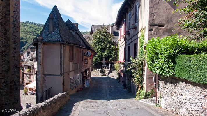 Conques - Rue de l'Abbé Gonzague Florens - France - Sur le chemin de St Jacques de Compostelle (santiago de compostela) - Le Chemin du Puy ou Via Podiensis (variante par Rocamadour)du Puy ou Via Podiensis (variante par Rocamadour)