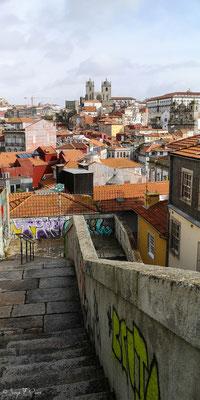 En déambulant dans les rues de la haute ville historique de Porto - Portugal