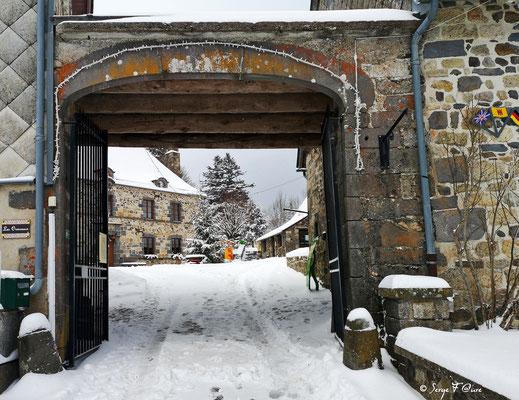 Porche de la cour de la Mairie et du Scénomusée de la Toinette et Julien - Murat Le Quaire - Massif du Sancy - Auvergne - France