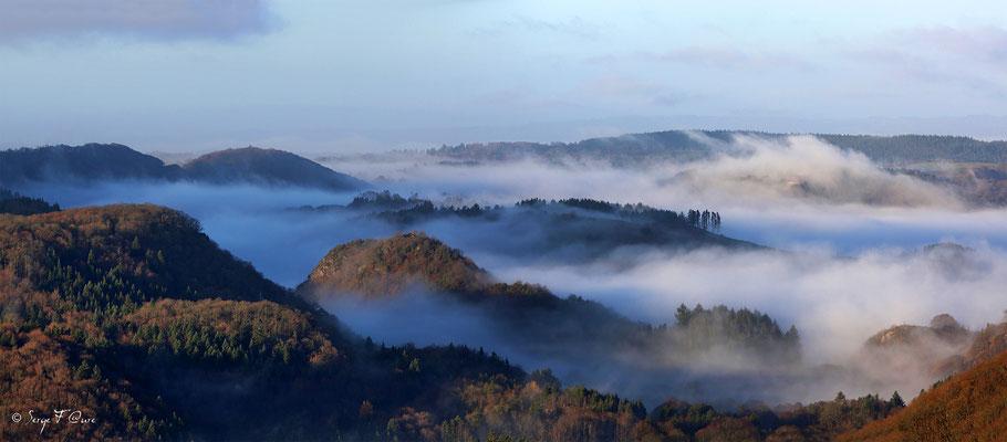 Au dessus des nuages sur St Sauves d'Auvergne dans le massif du Sancy - Auvergne - France