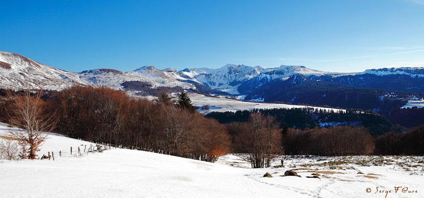 Massif du Sancy vu de Chantauzet (Le Puy de Sancy au centre altitude de 1886 m) - Auvergne - France