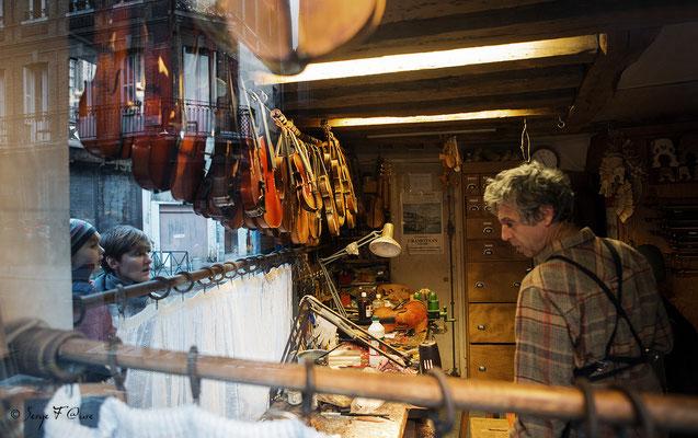 De vitrine à vitrine - Atelier de luthier - 18 place du lieutenant Aubert - Rouen - Normandie - France - Novembre 2014