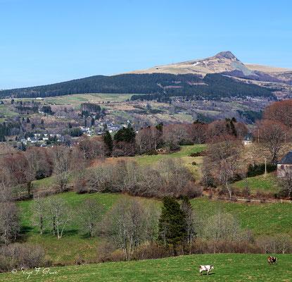 La Banne d'Ordanche et Murat le Quaire vus des plateaux de Charlanne - Massif du Sancy - Auvergne - France