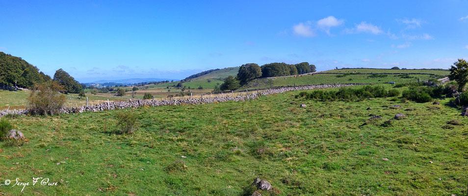 En allant vers l'Estrade - France - Sur le chemin de St Jacques de Compostelle (santiago de compostela) - Le Chemin du Puy ou Via Podiensis (variante par Rocamadour)