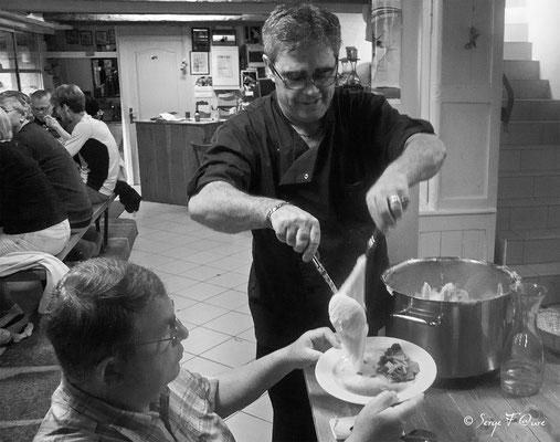 Vincent à la Ferme du Barry à Aumont-Aubrac sert son délicieux aligot à un pèlerin d'un soir - France  (sur le chemin de Compostelle - 2014)