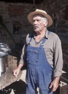 Roger dans son accueil pèlerins et chemineurs à Lestrade en Aubrac - France  (sur le chemin de Compostelle - 2014)