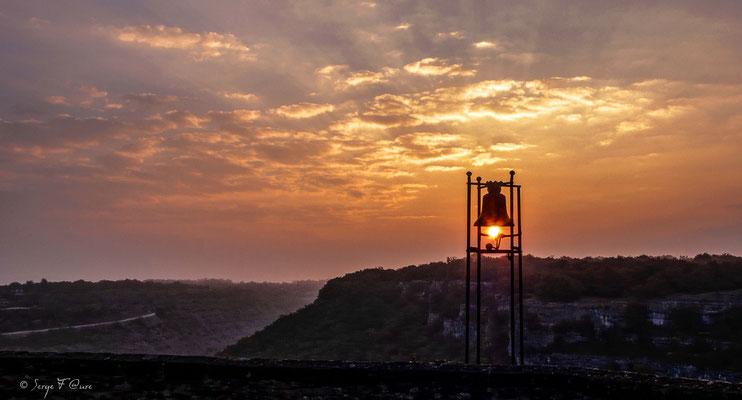 Coucher de soleil miraculeux sur la cloche du grand couvent de Gramat à Rocamadour dans le Lot