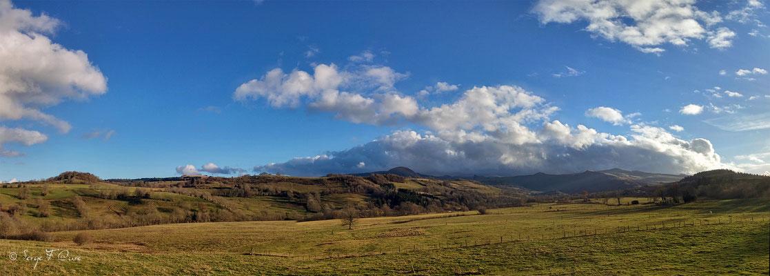 Le massif du Sancy vu de Perpéza - Auvergne - France - Vue panoramique