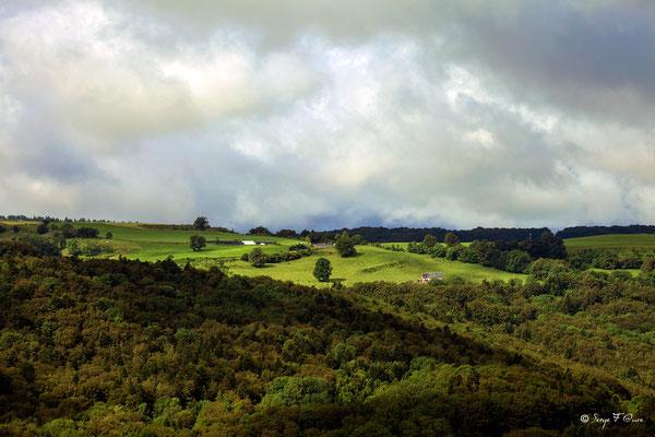 Soleil et nuages sur le plateau de Charlannes - Massif du Sancy - Auvergne - France