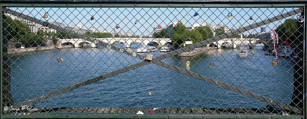 Les cadenas des amoureux du pont des Arts - Paris - France 2010