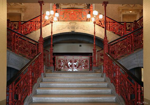 Escalier principal- garde-corps en fonte ouvragée de la Mairie de La Bourboule - Auvergne - France