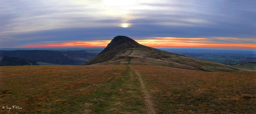 La Banne d'Ordanche vu du Puy du Loup (Le Puy de Sancy au centre altitude de 1886 m) - Auvergne - France