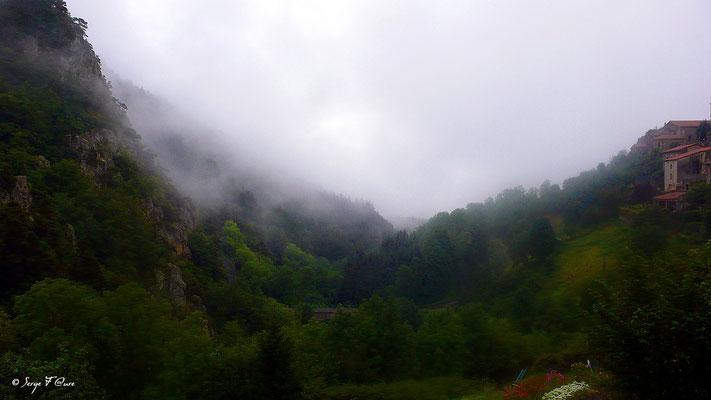 St Privat d'Allier au petit matin dans la brume - Sur le chemin de St Jacques de Compostelle (santiago de compostela) - Le Chemin du Puy ou Via Podiensis (variante par Rocamadour)