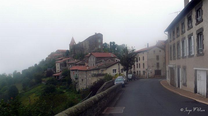 St Privat d'Allier dans la brume du matin - France - Sur le chemin de St Jacques de Compostelle (santiago de compostela) - Le Chemin du Puy ou Via Podiensis (variante par Rocamadour)
