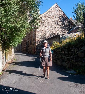 Annette au départ de Saint-Chély-d'Aubrac - France - Sur le chemin de St Jacques de Compostelle (santiago de compostela) - Le Chemin du Puy ou Via Podiensis (variante par Rocamadour)