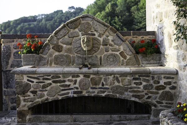 Fontaine du château de Val à Lanobre dans le Cantal en Auvergne - France