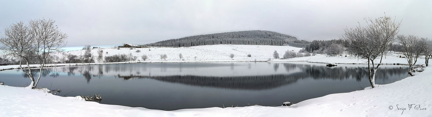 Panoramique sur le plan d'eau de Murat le Quaire - Massif du Sancy - Auvergne - France