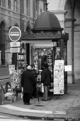 Le kiosque à journaux - rue de Rivoli - Paris - France - 2011