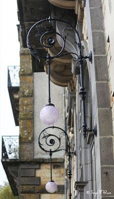 Lampes de la porte d'entrée de l'hôtel Métropole à La Bourboule - Auvergne - France